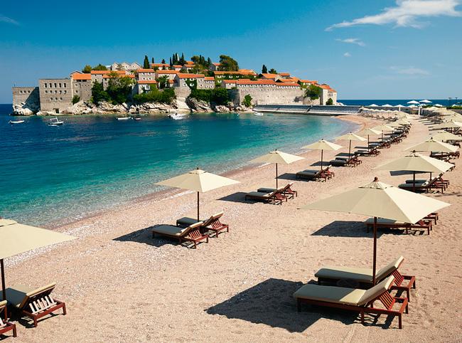 Пляж рядом с островом Святой Стефан (Черногория)