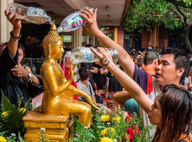 Омовение статуи Будды
