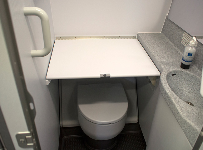 Столик для пеленания в туалете самолета