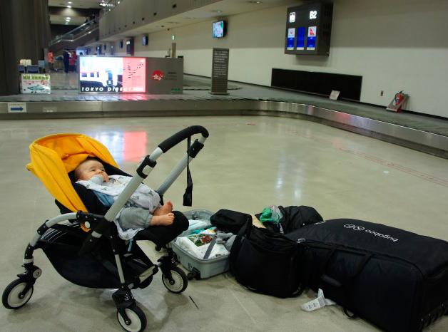 В  аэропорту с детской коляской