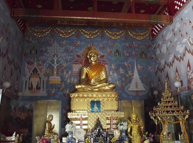 Внутри храма Wat Kaew Korawaram